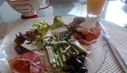 Spaanse salade met groene asperges, serranoham en manchego