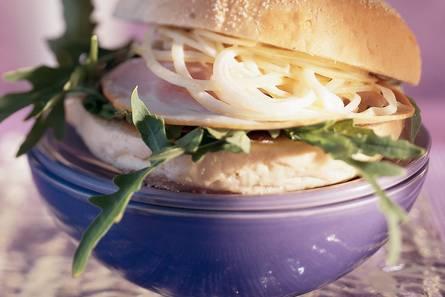 Italiaanse bol met yorkham en zoete-uiensalade