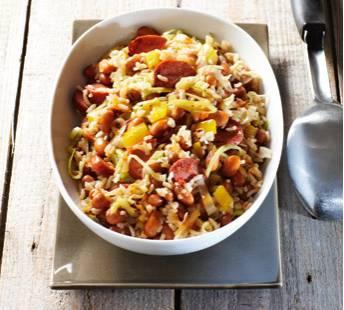 Bruine bonenschotel met rijst en rookworst recept
