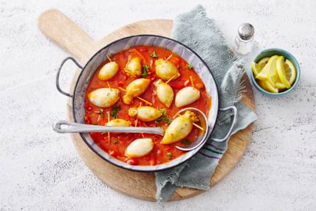 Gevulde inktvis met halloumi in pittige tomaten-paprikasaus ...