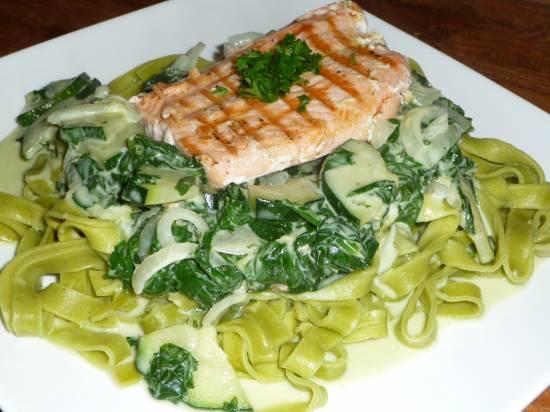 Tagliatelle met verse spinazie, courgette en gegrilde zalm. recept ...