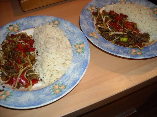 Rijst met gehakt, taugé, prei en champignons ...