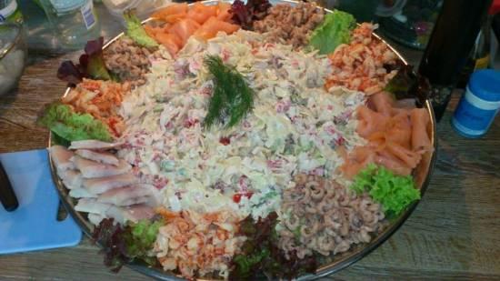 Pasta salade met surimi en avocado recept