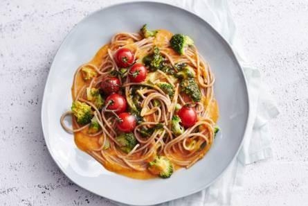 Volkorenspaghetti met amandelpesto en broccoli