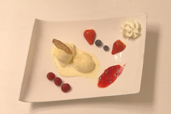 Vanille-ijs met kletskoppen en rode vruchten