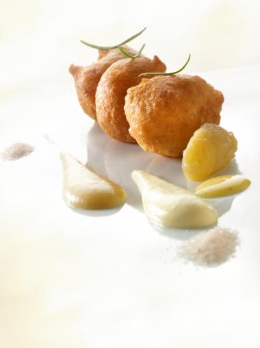Recept 'oliebollen met appelcompote en vanillesaus'