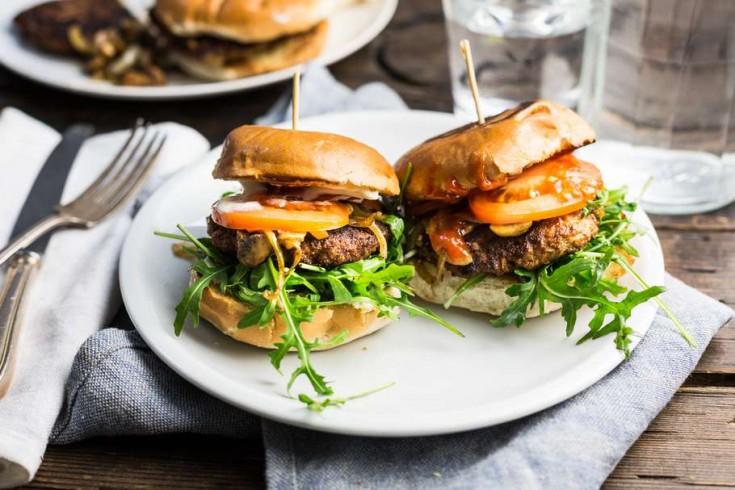 Hamburgers met gebakken champignons