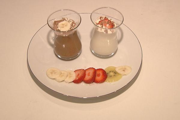 Chocomousse met geraspte chocolade en vers fruit