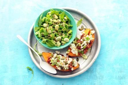 Gepofte zoete aardappel met hüttenkäse en groene salade