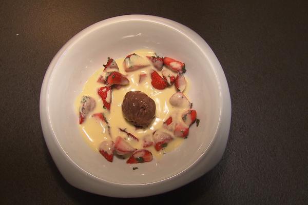 Sabayon van limoncello met aardbeien en munt en chocolade ijs ...