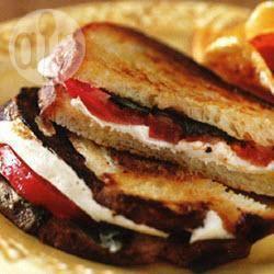 Panini met gegrilde tomaten en basilicum recept