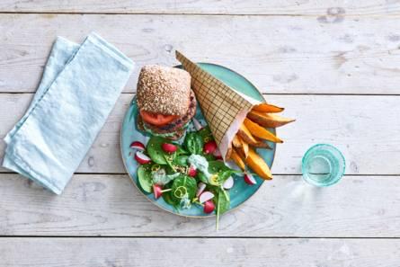 Hamburger met spinaziesalade en zoete-aardappelfrites