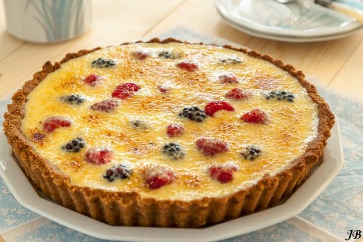 Crème brûlée-taart met bosvruchten en witte chocolade