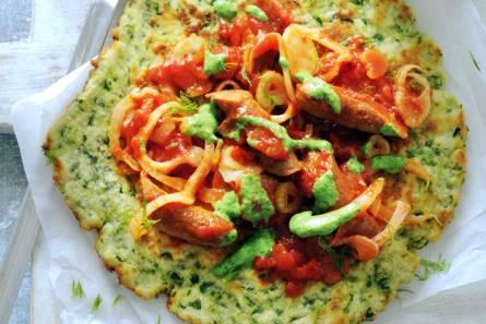 Spinazie-panpizza met lamsworstjes en kruidensaus