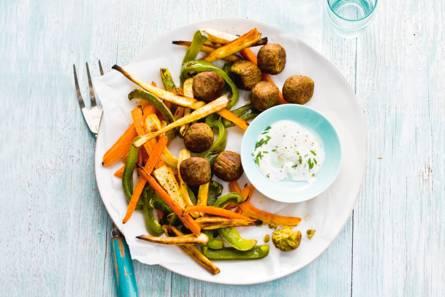 Groentefriet met falafel en yoghurtsaus