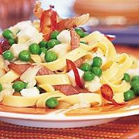Pasta met doperwten, ui, spek en champignons recept