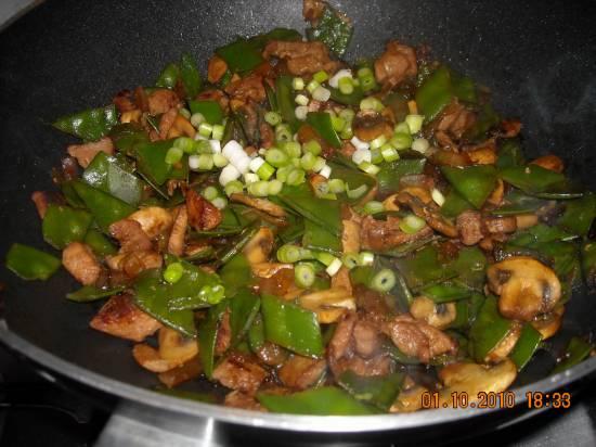 Oosterse roerbak met kipfilet peultjes en champignons slank ...