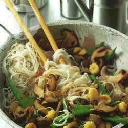 Rundvlees en noedels in de wok recept