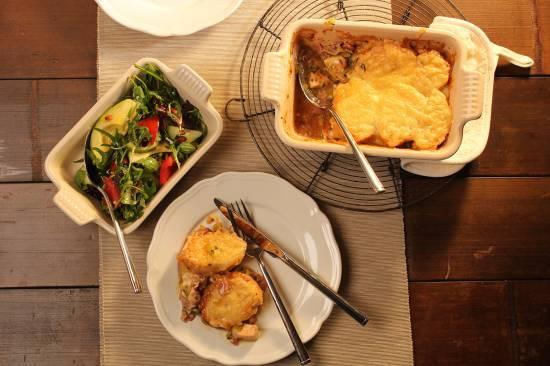 Romige kipgratin afgedekt met stokbrood,kruidenboter en kaas ...