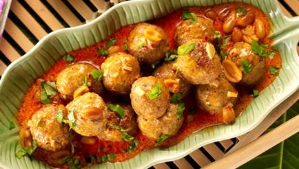 Balletjes van varkensgehakt in saus met pindanoten recept ...