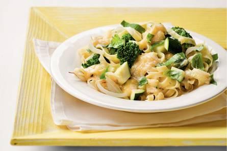 Tagliatelle met groene groenten en kaas