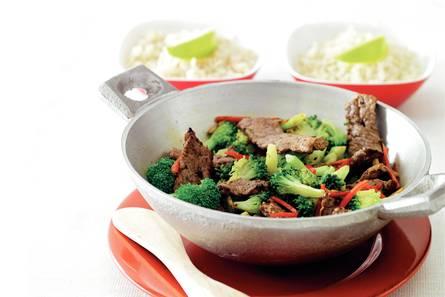 Roergebakken broccoli met biefstuk en rode peper