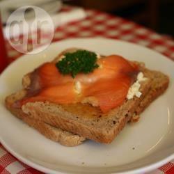 Gerookte zalm met eieren op toast recept