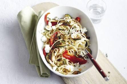 Pittige spaghetti met groenten en geitenkaas