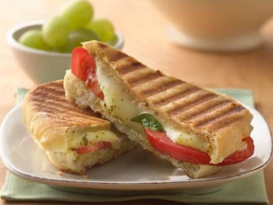 Panini met pesto, mozarella en tomaat recept