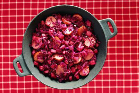 Rodekoolschotel met appel en rookworst
