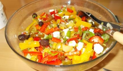 Pittige griekse paprikasalade met feta olijven komkommer lenteuitjes