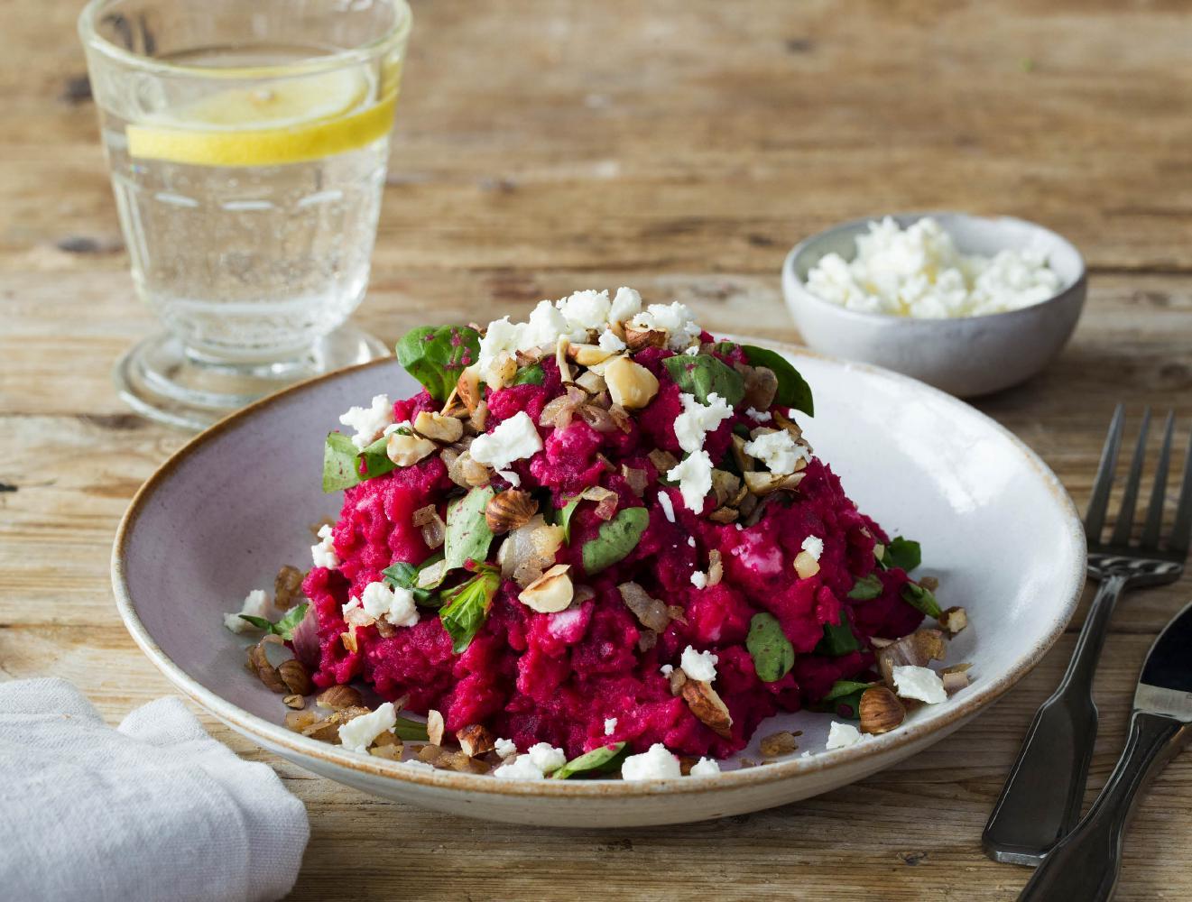 Lentestamppot met rode bieten, feta en hazelnoten recept ...