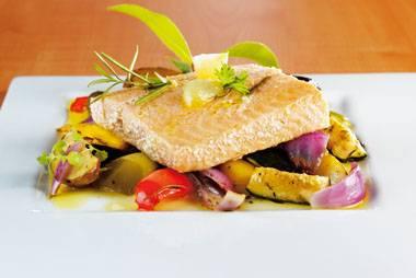Gekonfijte zalm met knoflook en in de oven gegaarde groenten ...