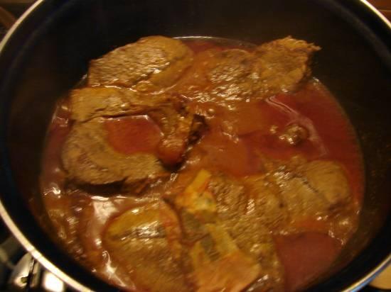 Sucadelapjes met gekookte aardappelen en witte kool uit de w ...