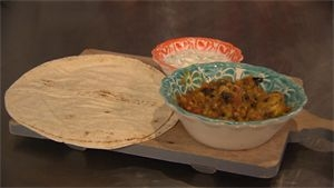 Marokkaanse kip met rode linzen, arabisch brood en ...