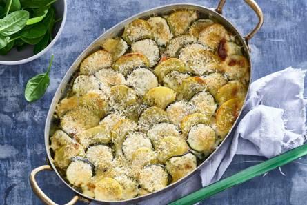 Courgettegratin uit de oven met verse zalm en spinazie