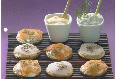 Tapas van een geweldige blini`s met kip en met zalm. recept ...