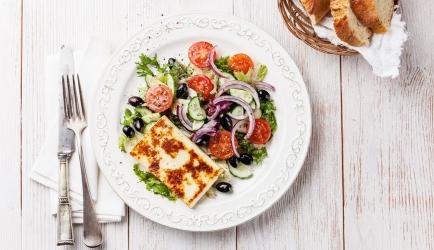 Gebakken haloumi met salade en pittige dressing recept ...