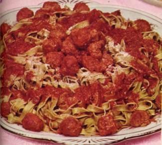 Tagliatelle met een gehakt-tomatensaus met knoflook recept ...