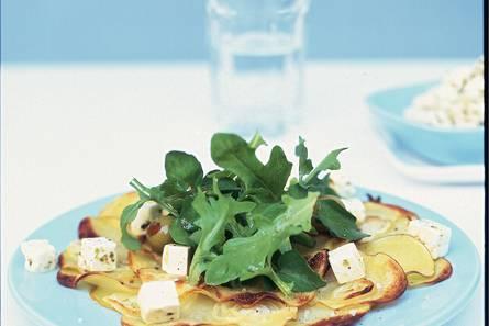 Op het bord gebakken aardappels met rucolasalade