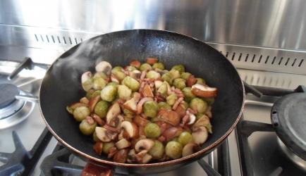 Gebakken spruitjes met kastanje-champignons en spekreepjes ...
