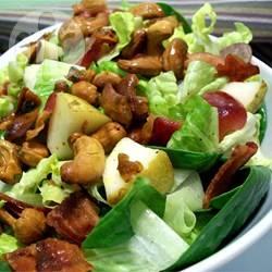 Salade met peer, druif en kerrie-cashews recept