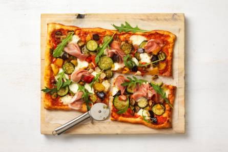 Plaatpizza met gegrilde groenten en prosciutto