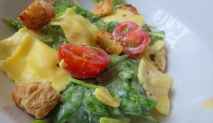 Spinaziesalade met pasta en avocado recept
