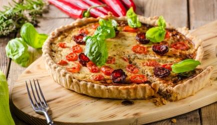 Quiche met mediteraanse groenten, chorizo en feta recept ...