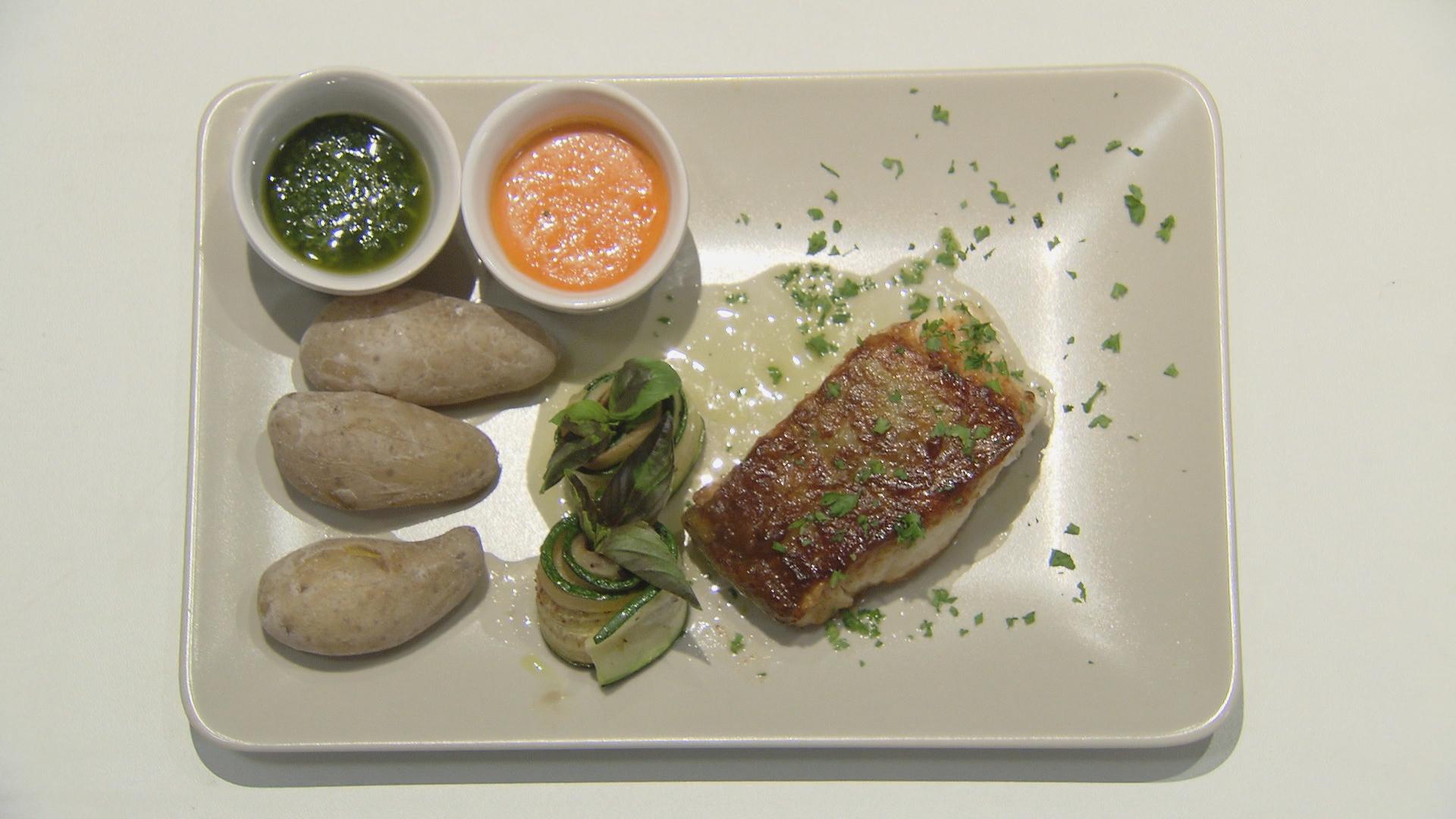 Kabeljauw met gezouten kleine aardappelen, groene saus en rode ...