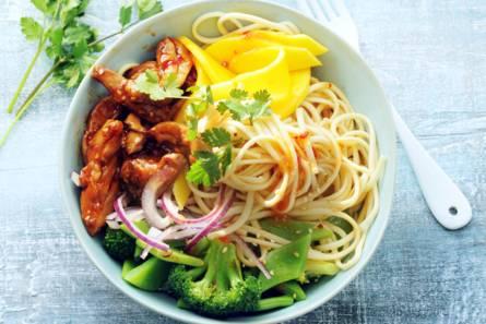 Noedel-groentesalade met mango & sticky kip