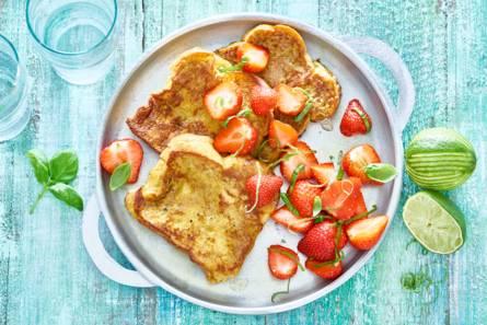 Wentelteefjes met gemarineerde aardbeien
