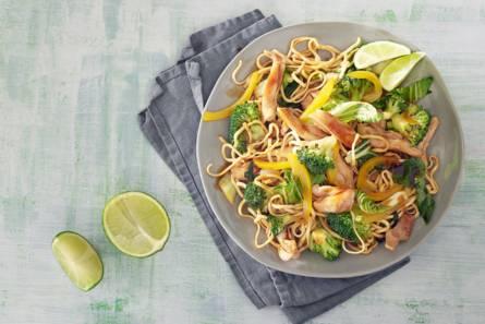 Frisse roerbak van scharrelkip, broccoli, paksoi en noedels