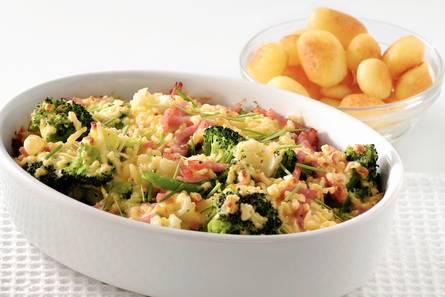 Bloemkool-broccolischotel met ham en kaas